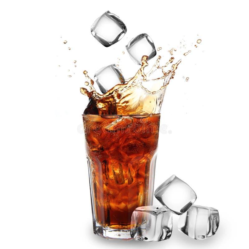 可乐多维数据集落的玻璃冰 免版税库存图片