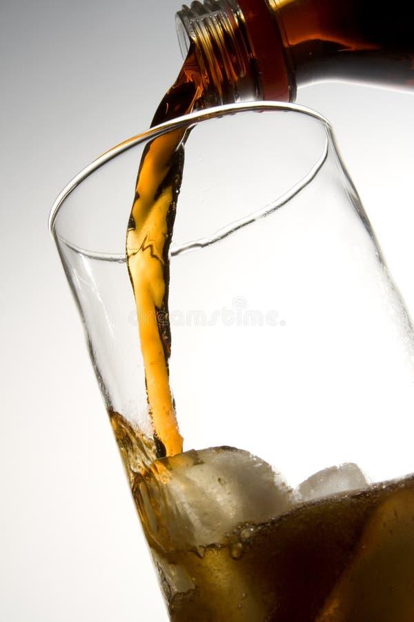 可乐玻璃冰倾吐 免版税库存图片