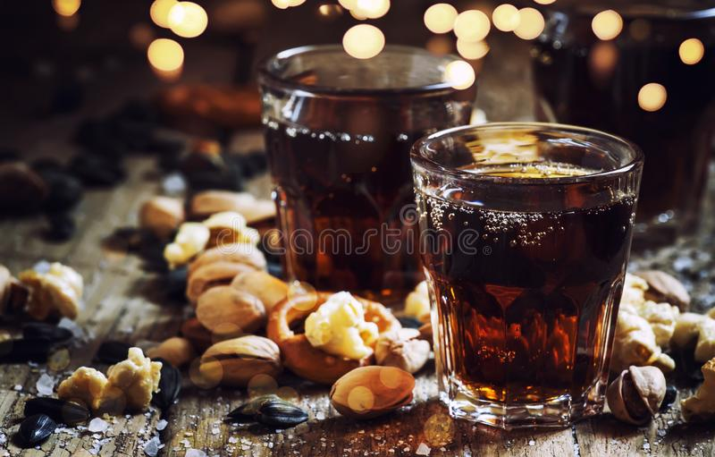 可乐玻璃,甜和美味快餐,老木桌,不健康的食物,选择聚焦 免版税库存图片