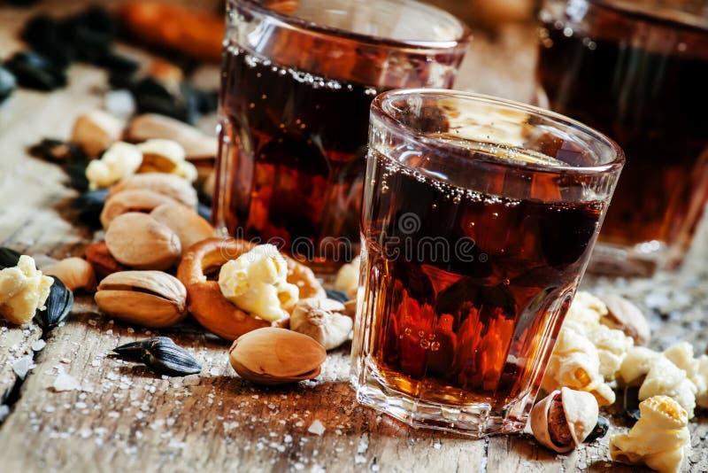 可乐玻璃,甜和美味快餐,老木桌, unhealt 免版税库存照片