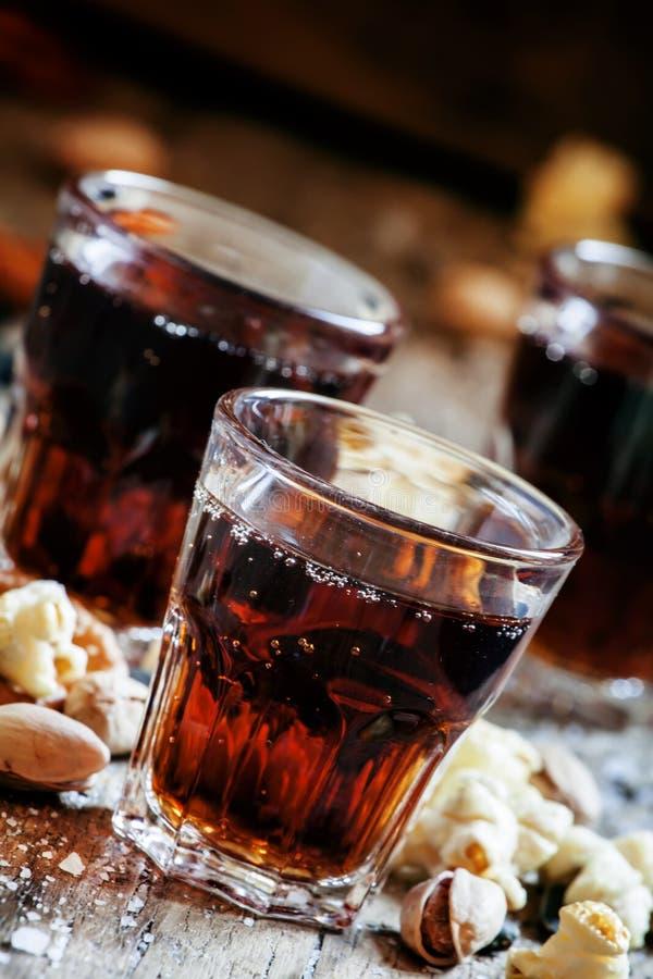 可乐玻璃,甜和美味快餐,老木桌, unhealt 库存图片