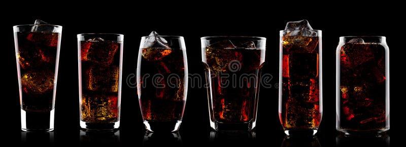 可乐苏打与冰块的饮料玻璃在黑色 免版税库存图片