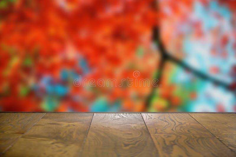 可以为显示或蒙太奇使用您的产品 为产品显示嘲笑  秋天木板空的桌在前面 图库摄影