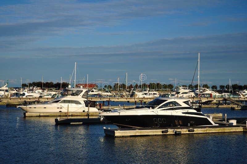 可住宿的游艇靠了码头海滨广场 免版税图库摄影