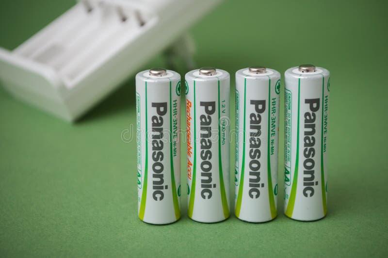 可再充电的aa碱性电池特写镜头在绿色背景的 图库摄影