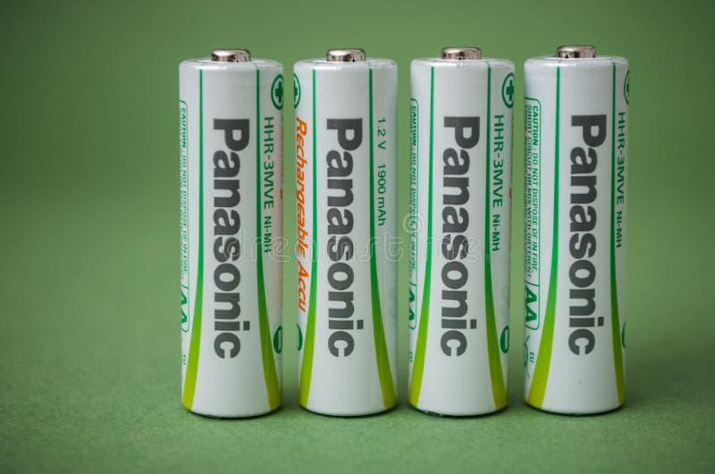 可再充电的aa碱性电池特写镜头在绿色背景的 库存图片