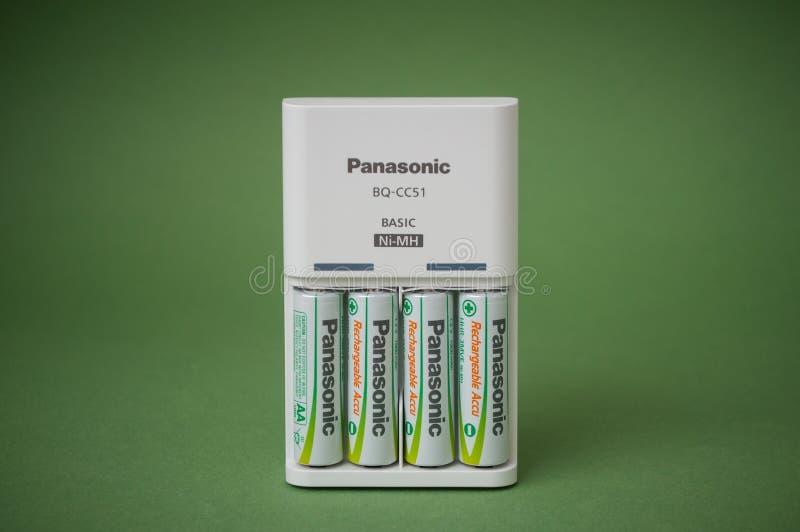 可再充电的aa碱性电池特写镜头在绿色背景的 免版税库存图片