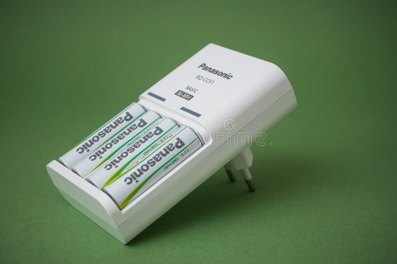可再充电的aa碱性电池特写镜头在绿色背景的 库存照片