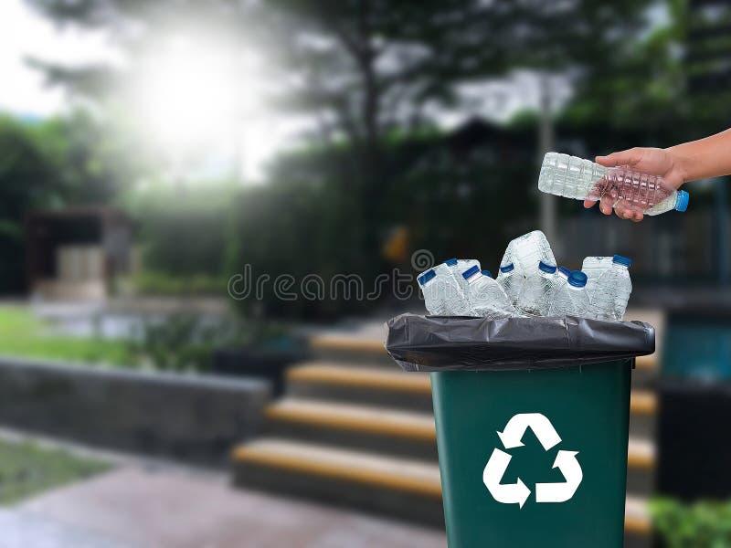 可再循环的垃圾包括的玻璃储款塑料塑料Envi 免版税库存照片
