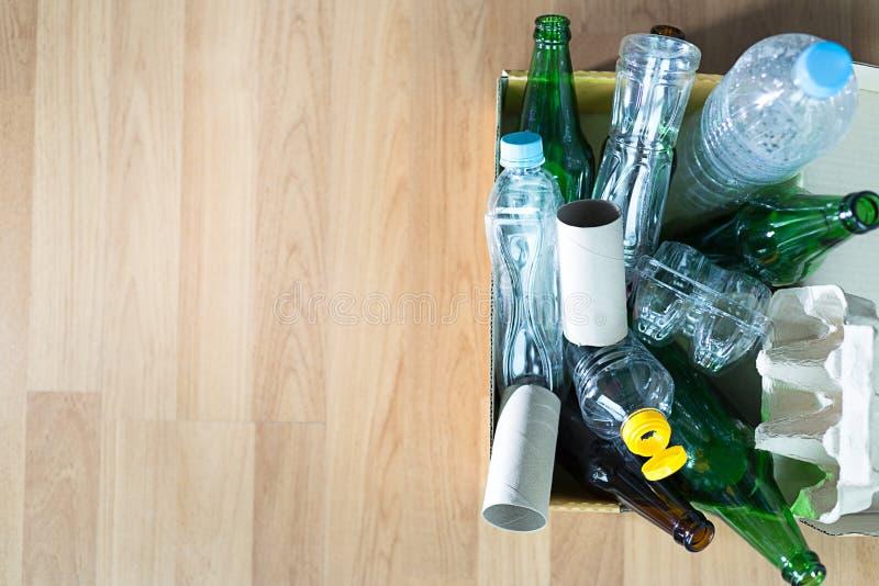 可再循环的垃圾包括的玻璃储款塑料塑料Env 免版税库存图片