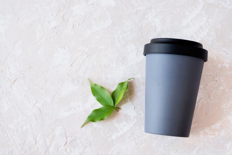 可再用的在中立背景的eco友好的竹杯子与拷贝空间 库存照片