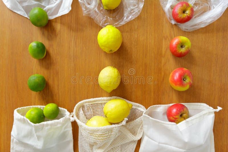 可再用的食品杂货袋对塑料 免版税库存照片