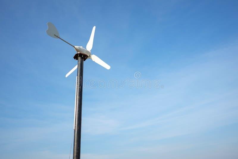 可再造能源的小风车与美好的天空backgroun 库存照片
