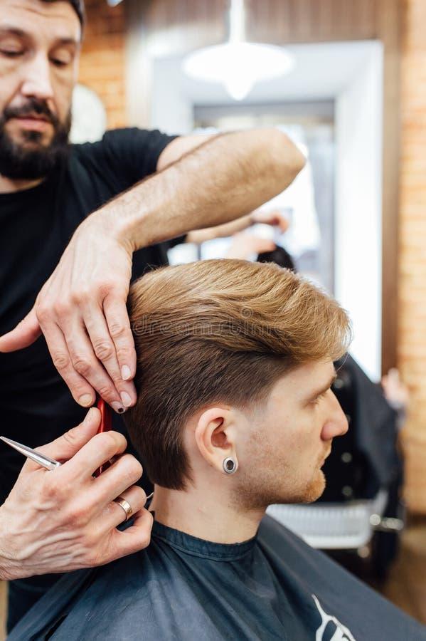 可及时髦理发的人理发店 免版税库存照片