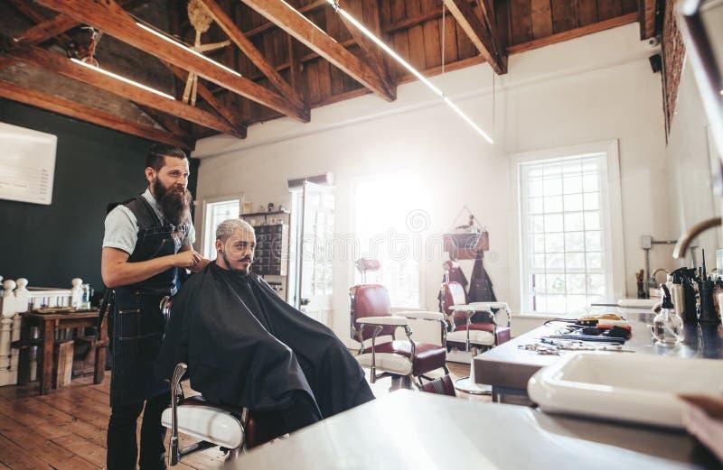 可及理发的年轻人理发店 免版税图库摄影
