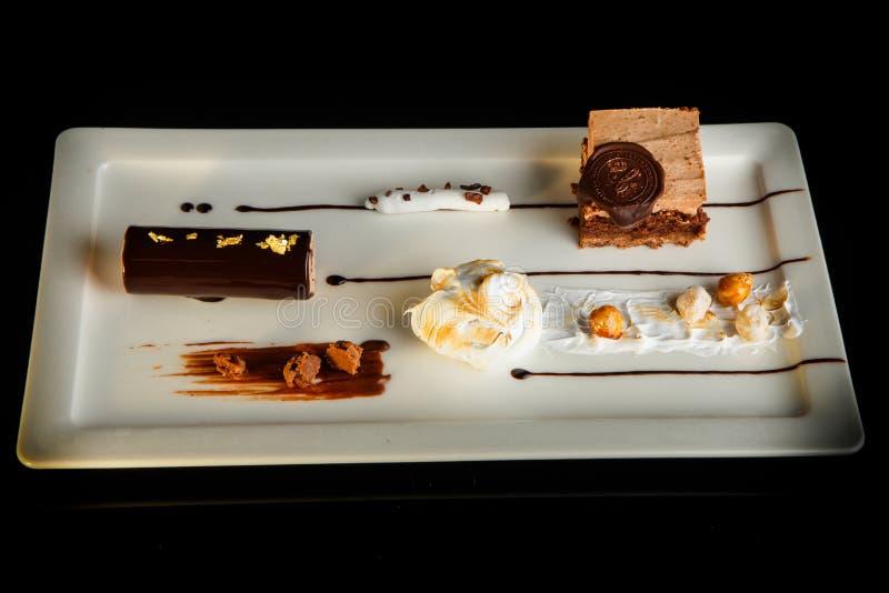 可口乳脂状的奶油甜点点心顶视图在长方形板材的 免版税库存照片