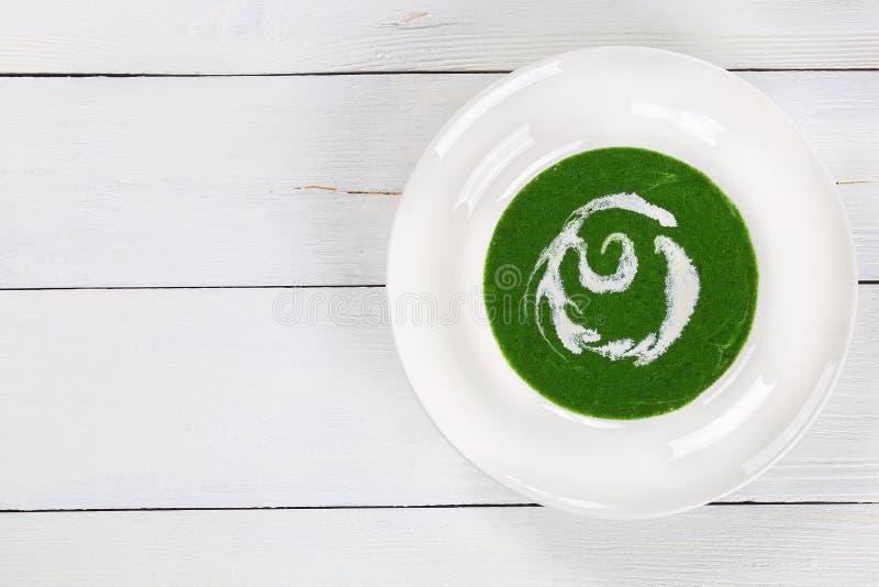 可口乳脂状的绿色菠菜硬花甘蓝汤 库存图片