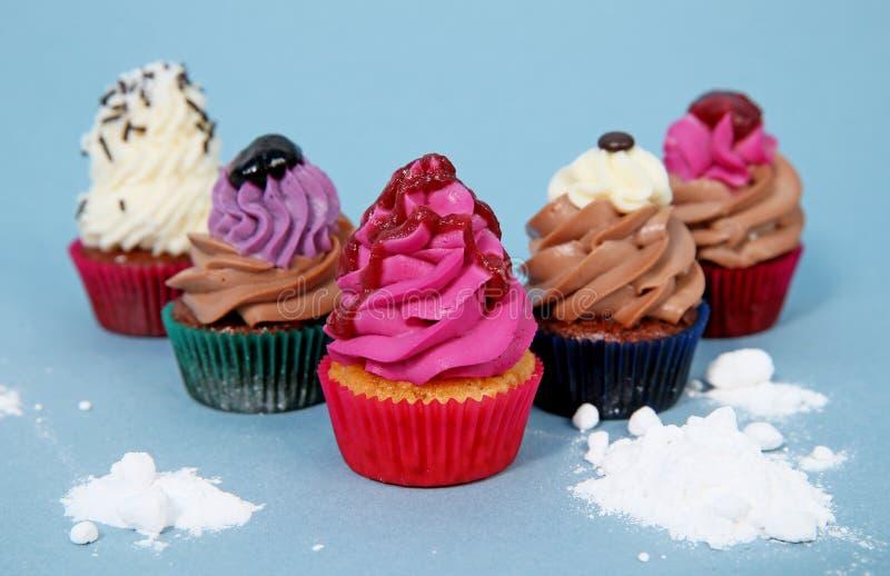 可口五颜六色的杯形蛋糕 免版税图库摄影