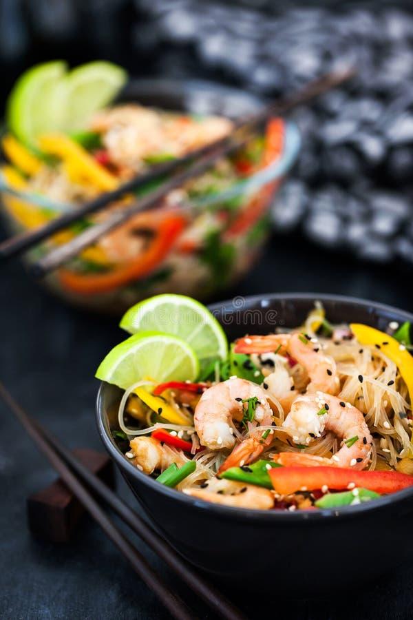 可口亚洲米玻璃面条用大虾和菜 免版税库存照片