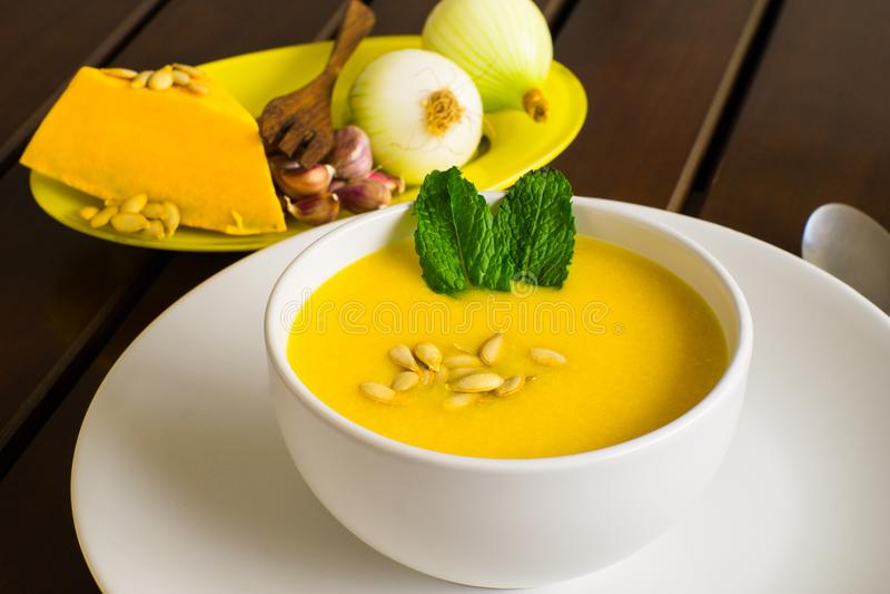 可口南瓜奶油用薄荷和种子 库存图片
