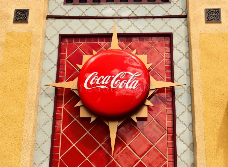 可口可乐在五颜六色的墙壁非洲样式的葡萄酒象在布什庭院主题乐园 免版税库存图片