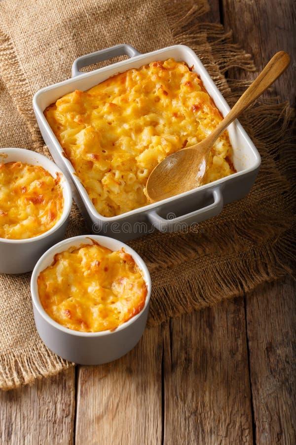 可口和丰盛的一餐:砂锅橡皮防水布和乳酪在烘烤 库存图片