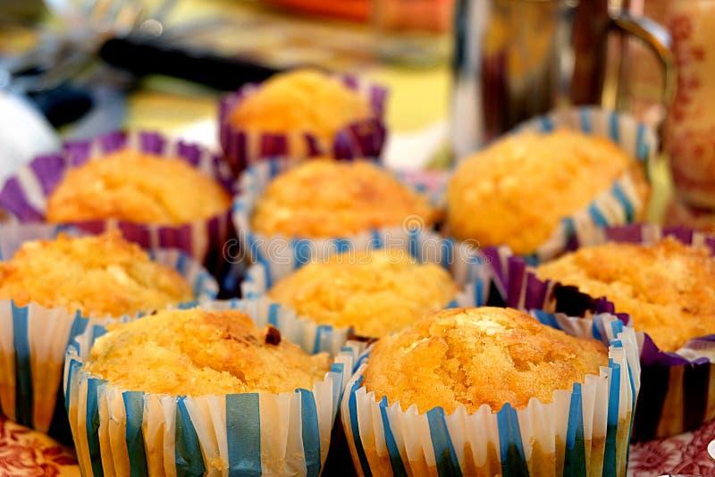 可口和五颜六色的新鲜的支持的香草松饼 免版税库存图片