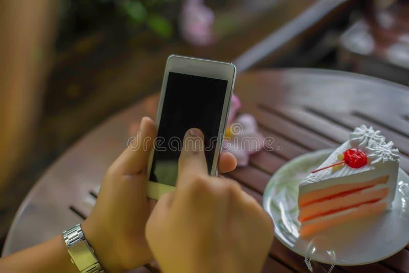 可口和可口吃蛋糕 免版税图库摄影