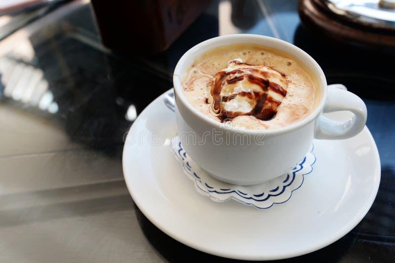 可口咖啡用在咖啡馆的冰淇凌 免版税库存照片