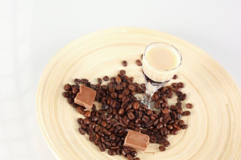 可口咖啡鸡尾酒用咖啡豆和巧克力 库存图片