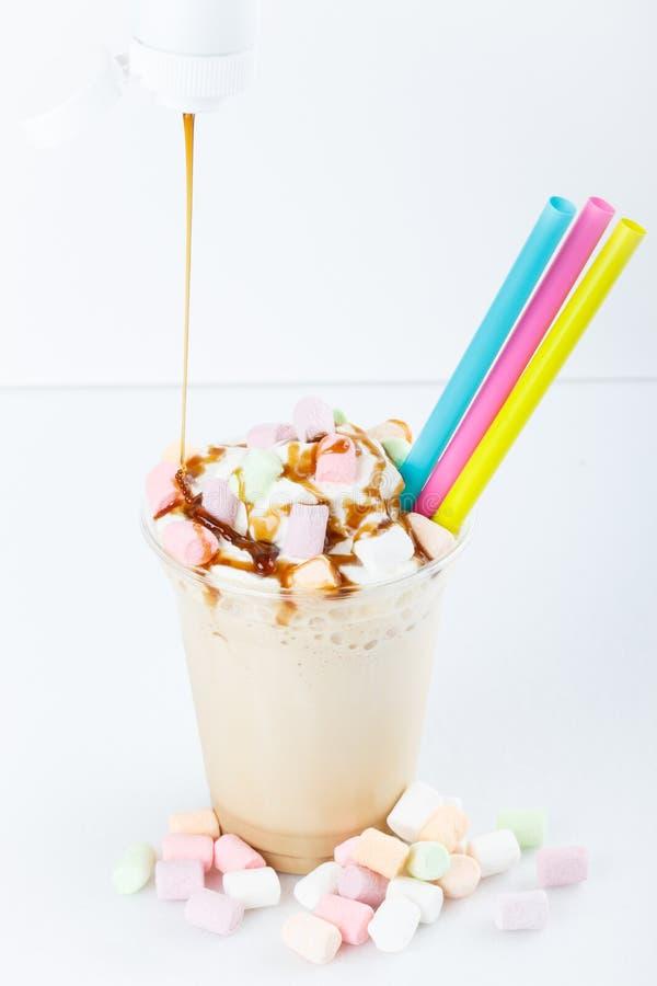 可口在夏天,被冰的牛奶震动用巧克力,色撒布隔绝在白色背景 库存照片