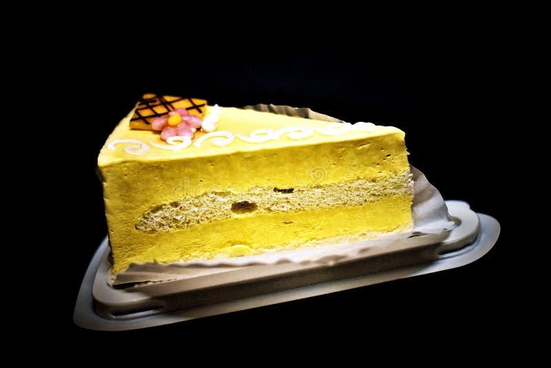 可口地和鲜美芒果奶油蛋糕 免版税库存照片