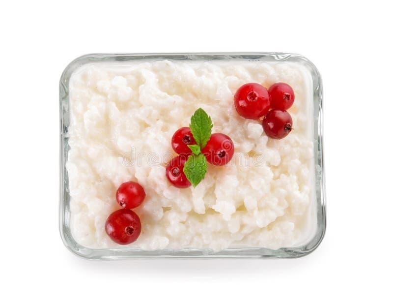 可口大米布丁用在玻璃碗的蔓越桔在白色背景 库存图片