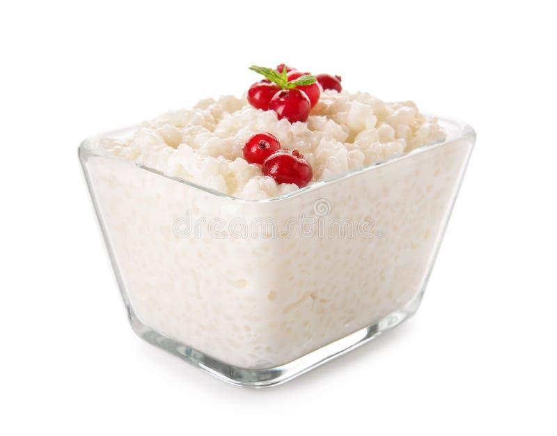可口大米布丁用在玻璃碗的蔓越桔在白色背景 免版税图库摄影