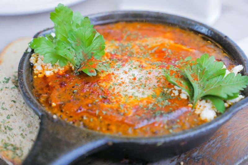 可口奎奴亚藜shakshuka用鸡蛋,健康膳食的 库存图片