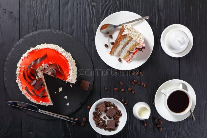 可口奶油蛋糕和咖啡的部分 免版税库存图片