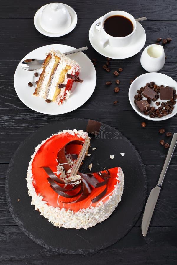 可口奶油蛋糕的部分与咖啡的 免版税库存照片