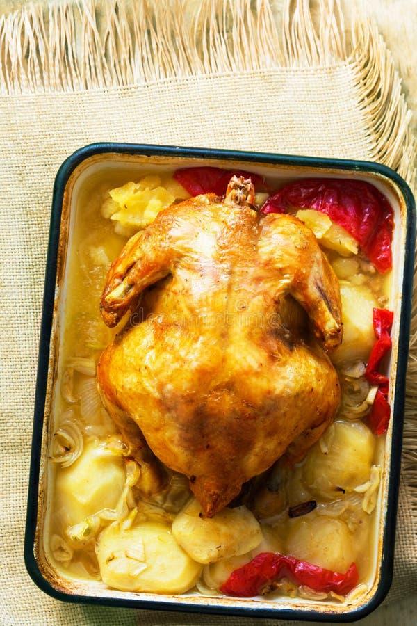 可口家煮熟的自由放养的鸡烤与菜土豆甜椒在烘烤的形式法式的葱大蒜 图库摄影
