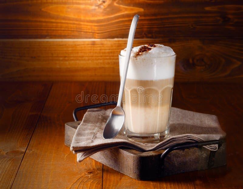 可口层状latte macchiato咖啡 免版税库存图片