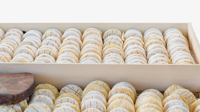 可口山羊乳干酪在市场上的待售 免版税库存照片