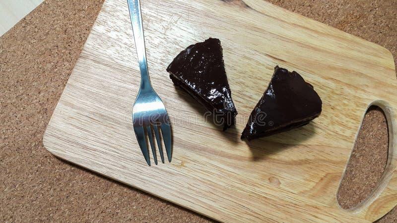 可口巧克力蛋糕小的片断在木剁板材的 免版税库存图片