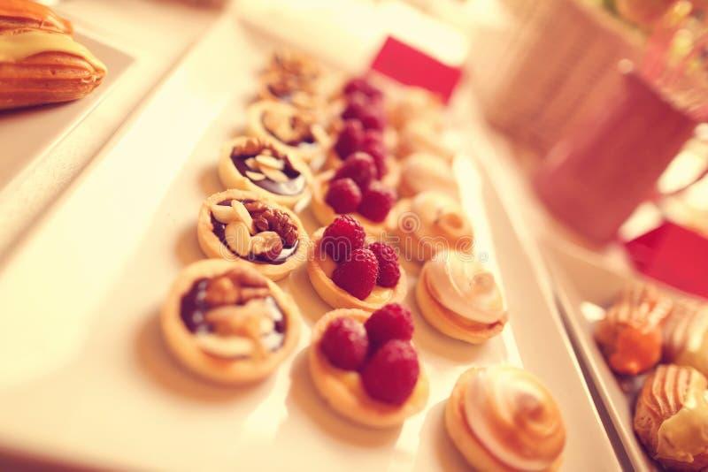 可口微型馅饼用莓果和杏仁 库存图片