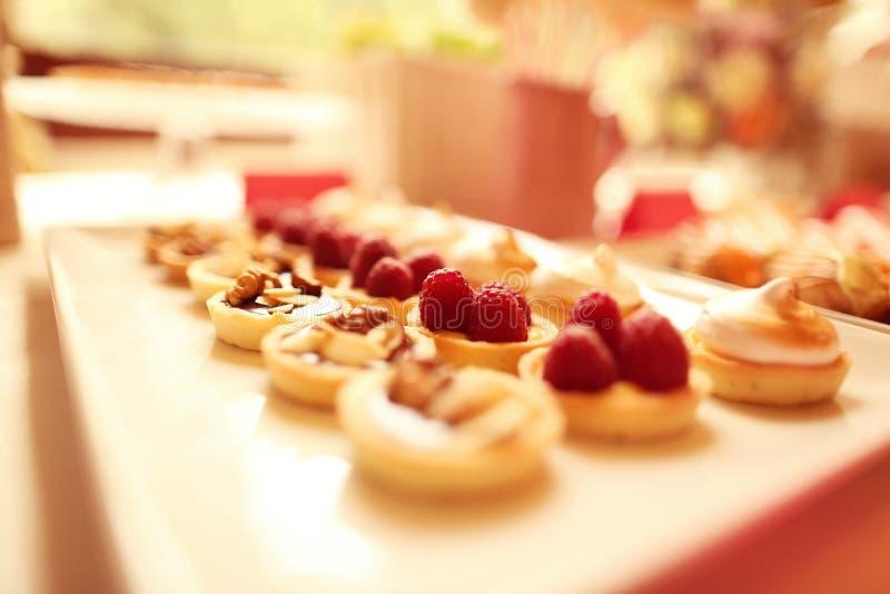 可口微型馅饼用莓果和杏仁 免版税库存图片