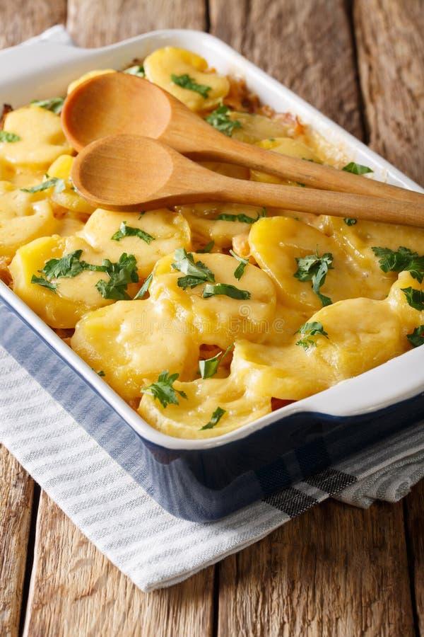 可口德国泡菜砂锅用土豆、烟肉和乳酪c 库存图片