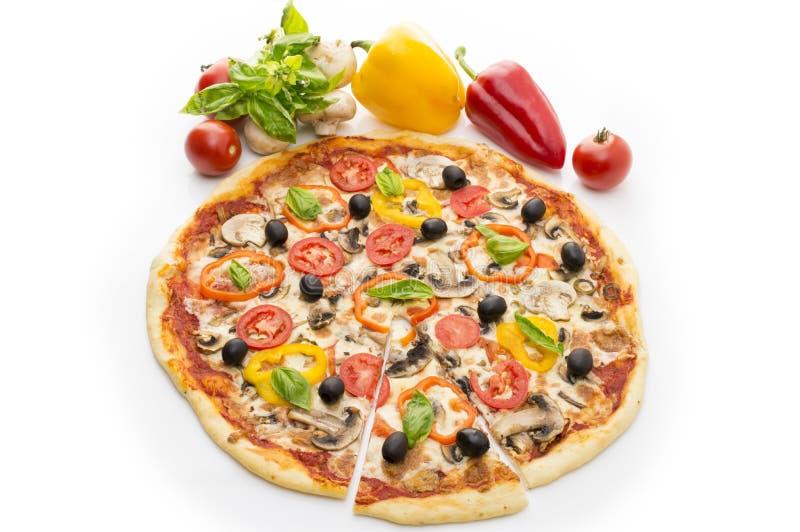 可口意大利比萨举了在白色背景1隔绝的切片 比萨用火腿、胡椒和橄榄 库存图片