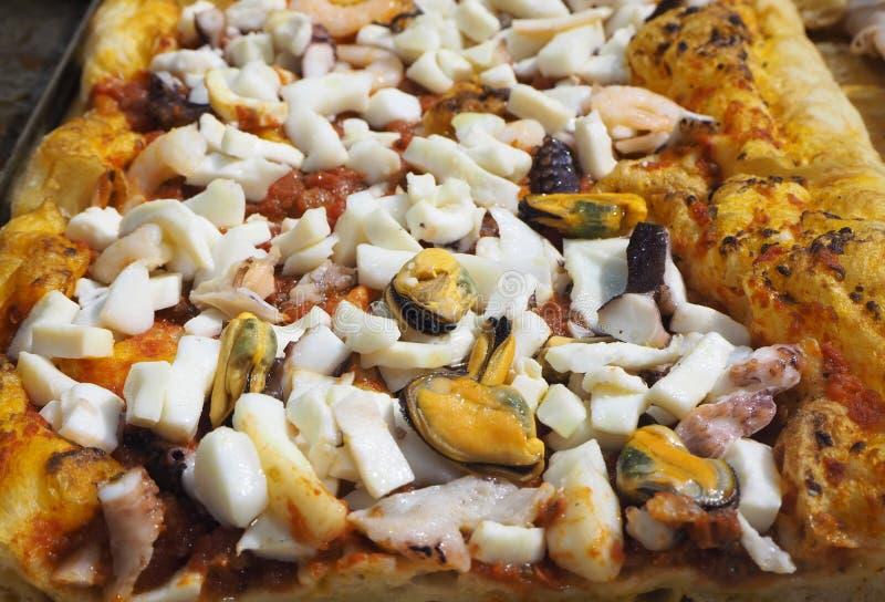可口意大利海鲜薄饼,烹调在木烤箱 库存图片