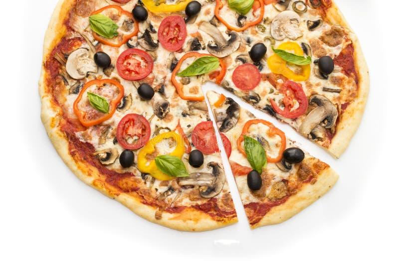 可口意大利薄饼在白色背景1隔绝的被举的切片 薄饼用火腿、胡椒和橄榄 免版税库存图片