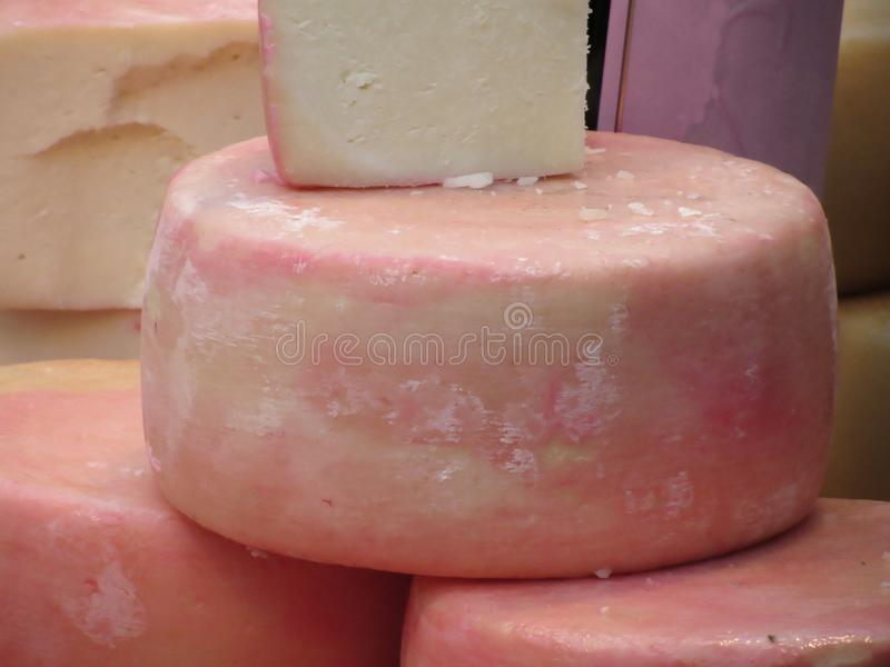 可口托斯坎Pecorino乳酪做由母羊` s原料乳和调味与葡萄果渣 免版税库存图片