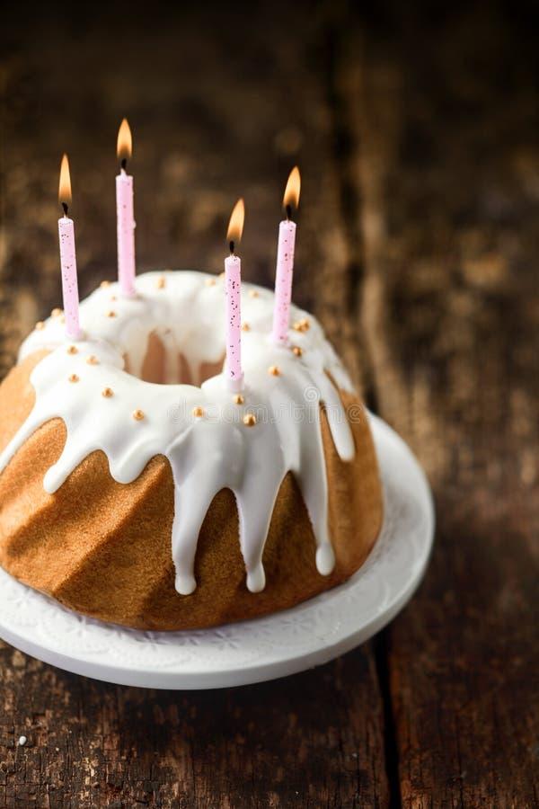 可口新近地被烘烤的香草生日蛋糕 免版税库存照片