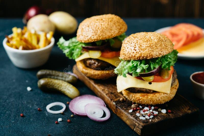 可口新鲜的自创牛肉汉堡 免版税库存图片